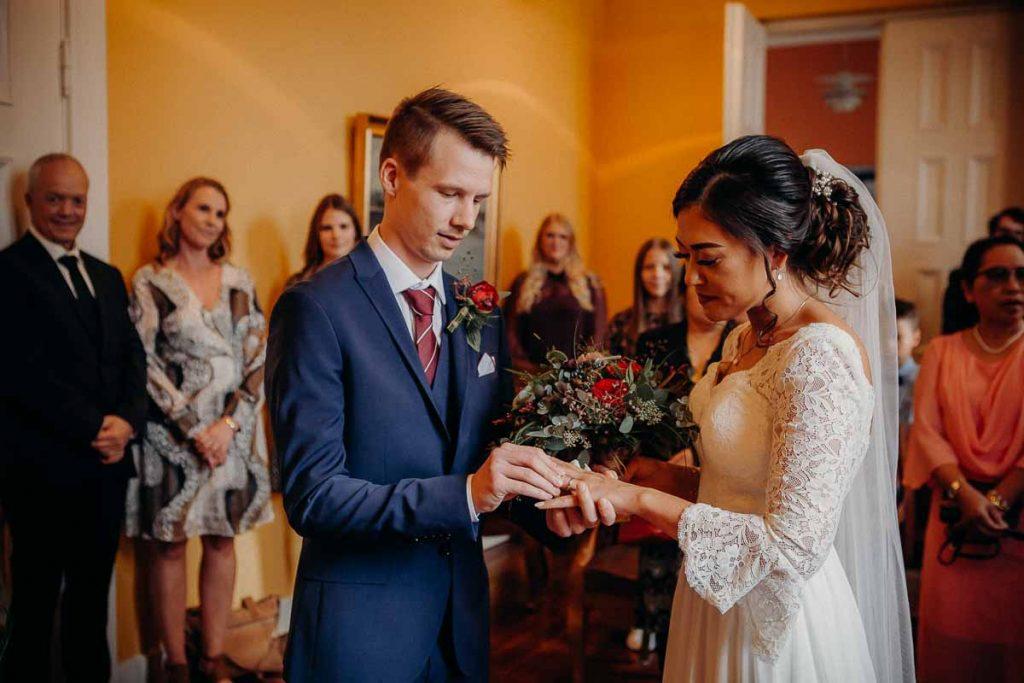 udveksle ringe og til at tage bryllupsbilleder